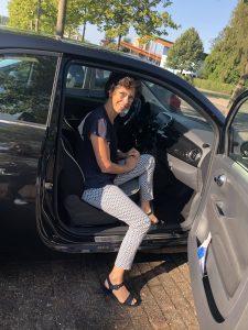 Simonne met haar Private Lease auto