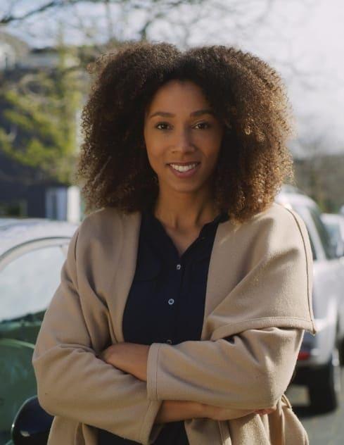 Muriel trots naast haar Private Lease auto